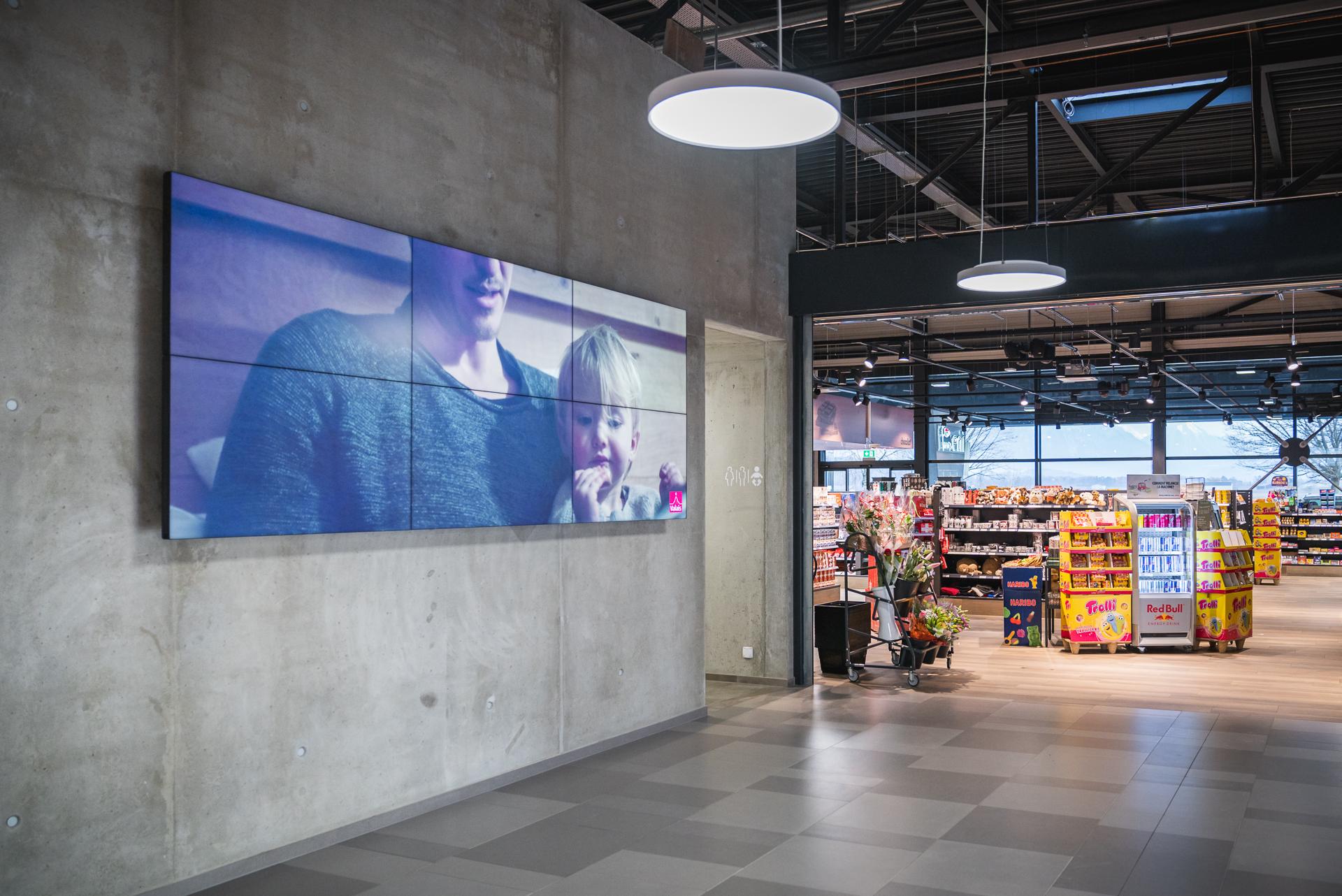 Mur d'écrans pour lieu publique ou administration. Restoroute d'Yvorne affichage digital Pixium.