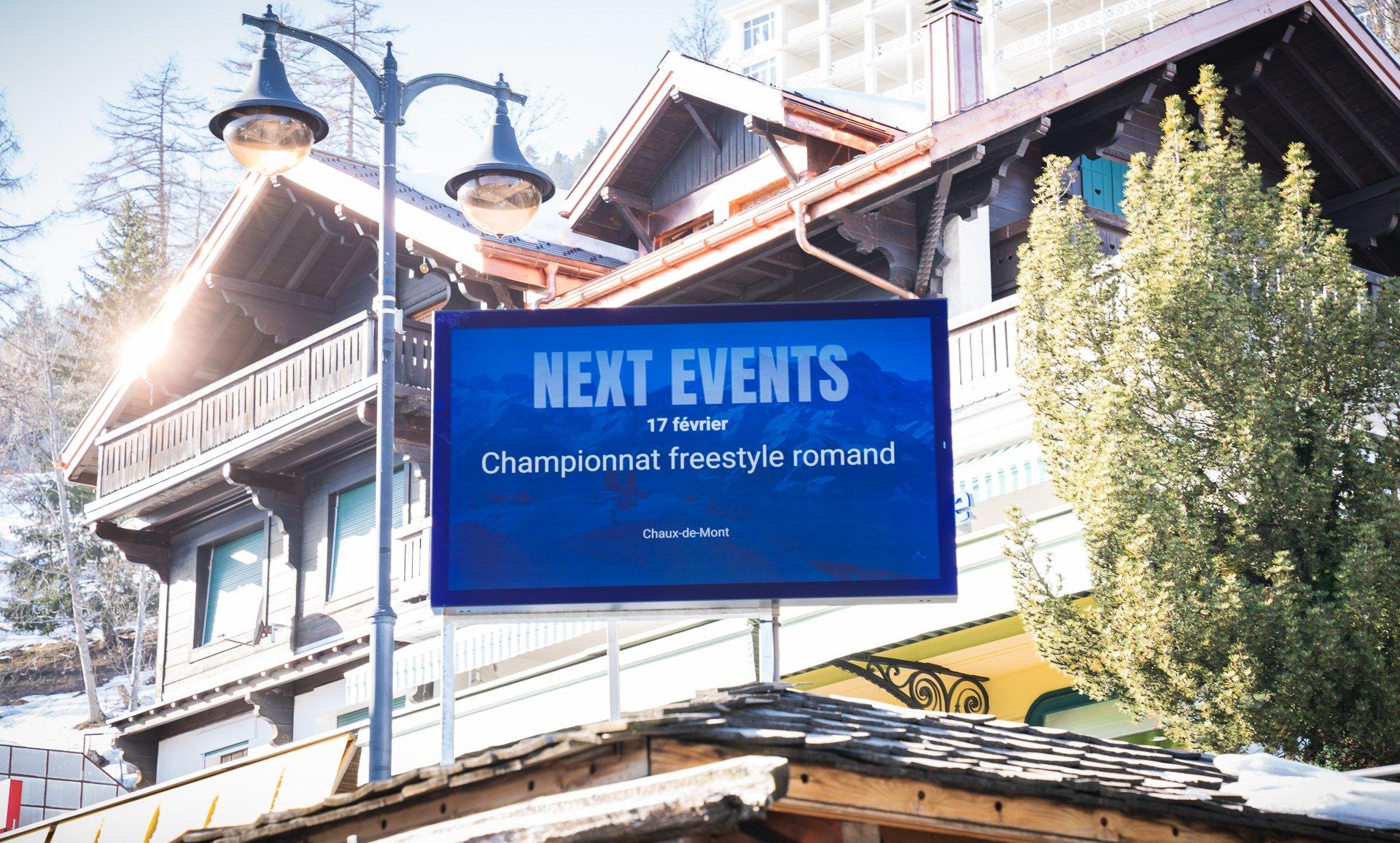Ecran extérieur pour lieu publique, place du villages avec digital signage. Réseau d'affichage pour région touristique par Pixium.