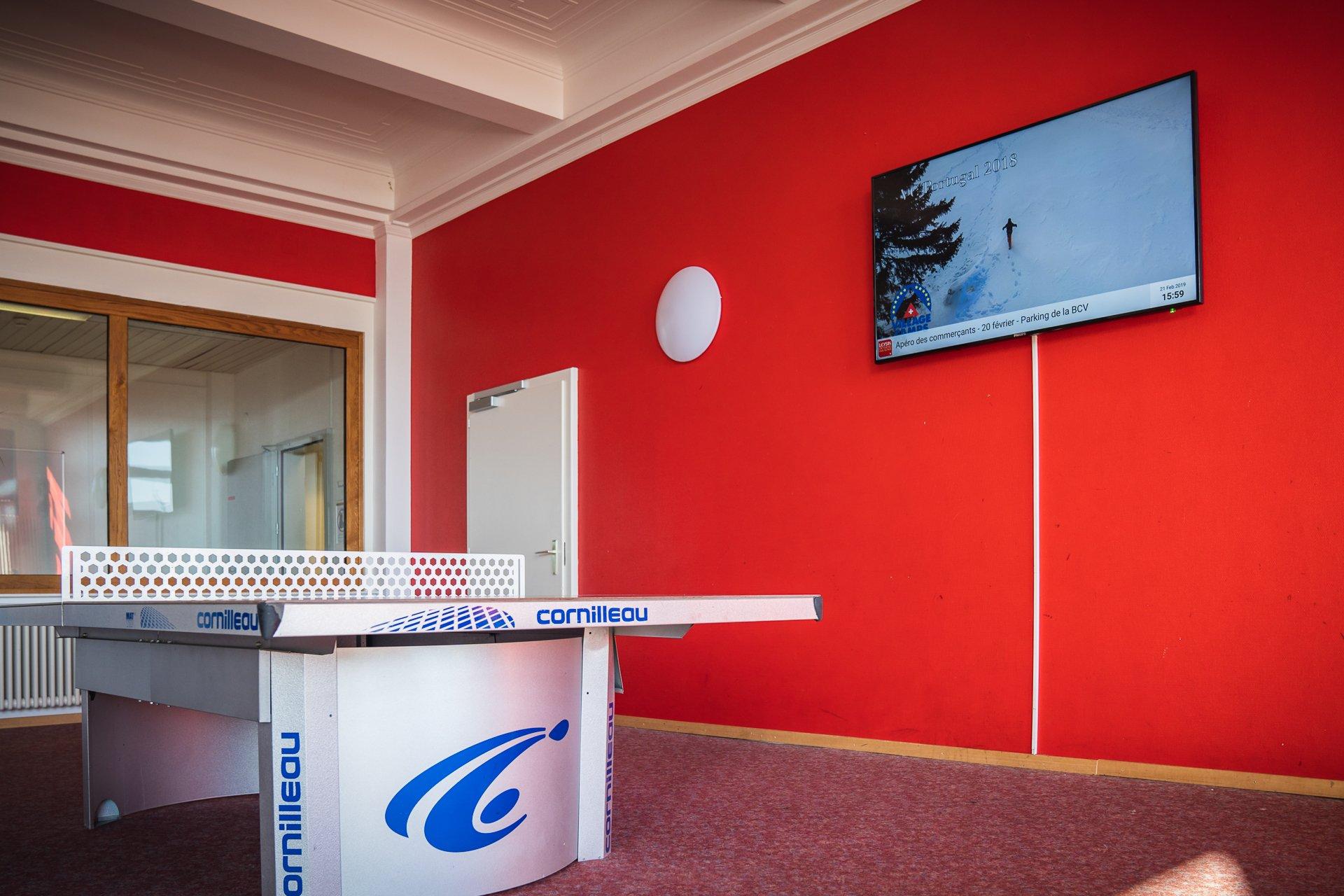 Ecran avec digital signage pour camps de vacance. Réseau d'affichage pour région touristique par Pixium.