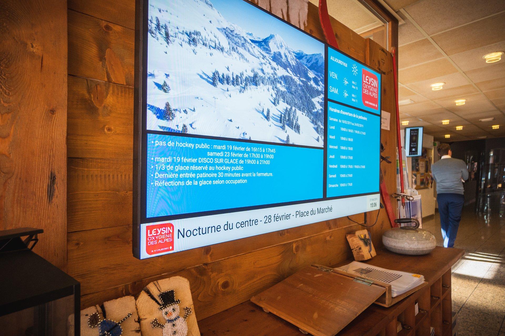 Ecran d'accueil pour office du tourisme avec digital signage. Réseau d'affichage pour région touristique par Pixium.