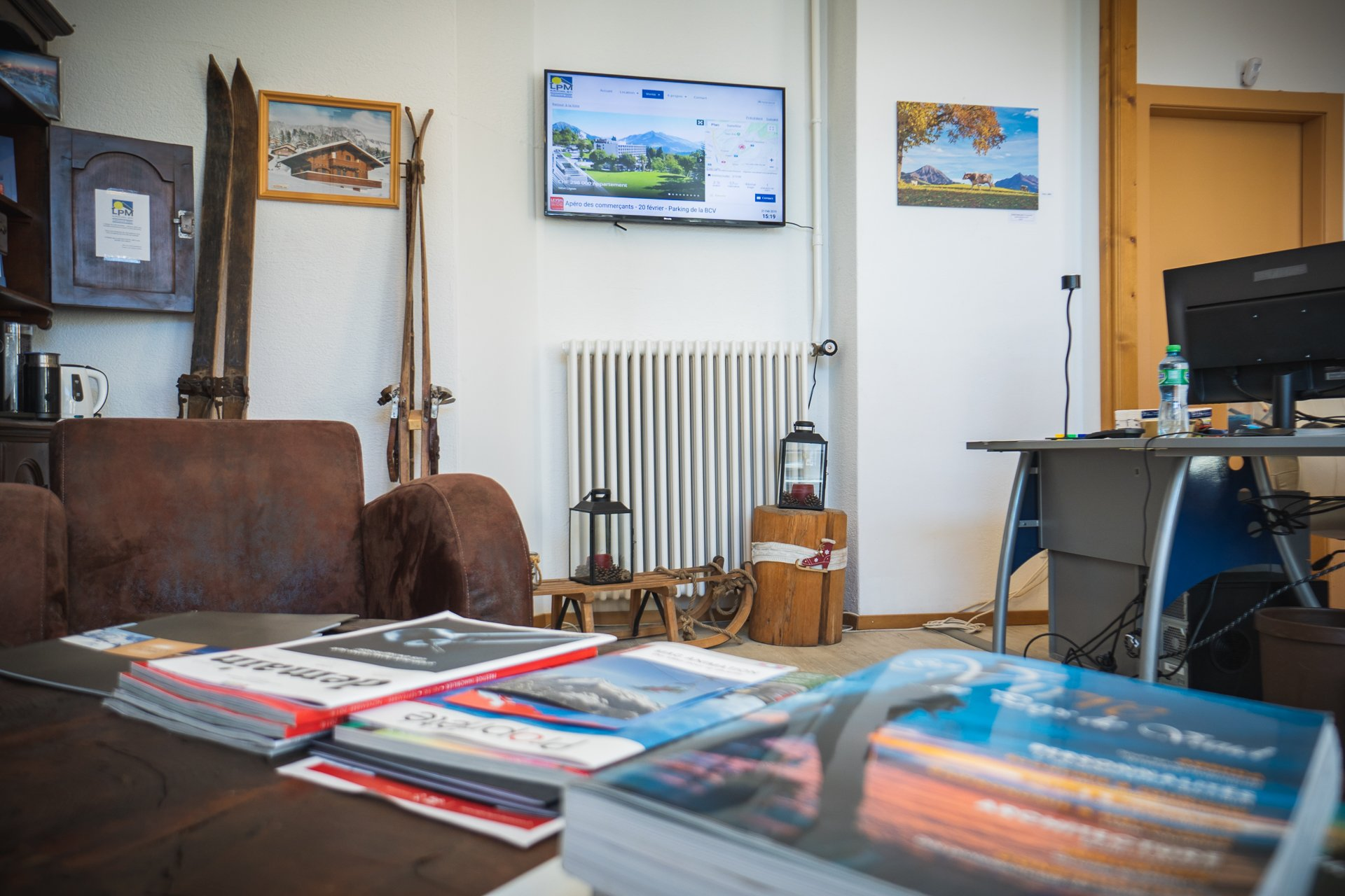 Ecran d'accueil pour agence immobilière avec digital signage. Réseau d'affichage pour région touristique par Pixium.